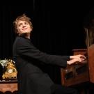 Dr. Armstrong am Harmonium